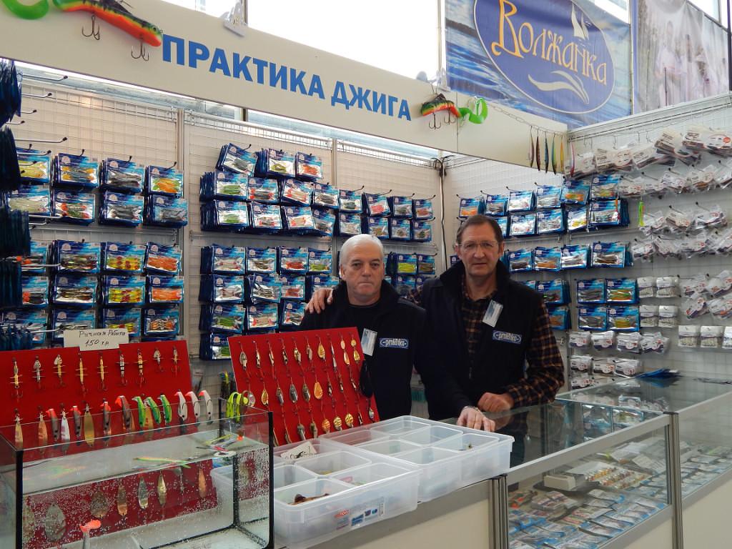 продавец в магазине охота и рыбалка